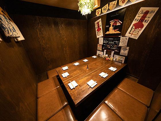 仲間と楽しむなら 気軽に座れるテーブル席がオススメ。